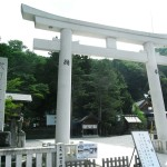 Torii gate of Suwa Taisha Honmiya (Photo by Kotodamaya)