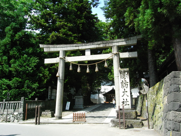 Torii gate of Suwa Tasiha Harumiya (Photo by Kotodamaya)