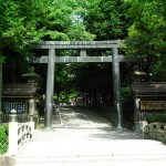 Torii gate of Suwa Taisha Akimiya (photo by Kotodamaya)